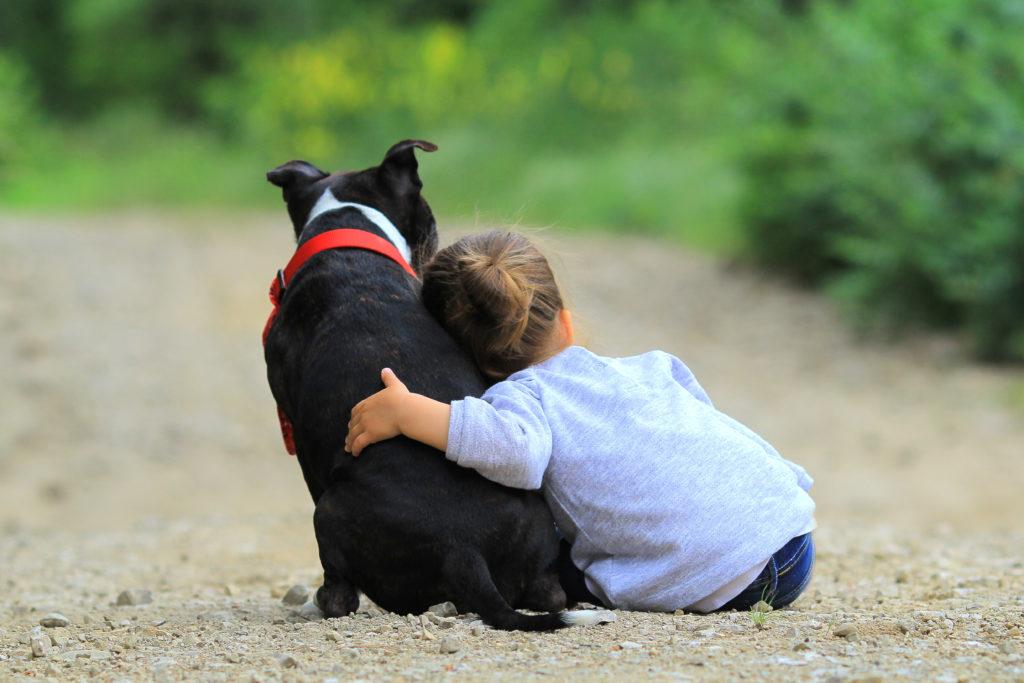 Pige med en sort hund