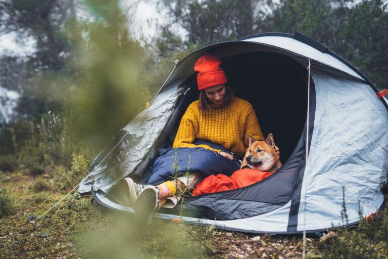 kvinde camperer med hund